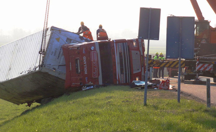 what-causes-semi-truck-overturn